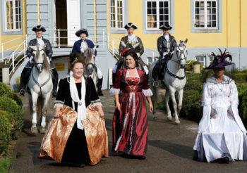 Walkact im barocken Outfit im Freizeitpark Schloss Beck, zusammen mit den Reiterinnen vom AACCPRE 09.09.2017
